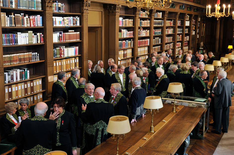 Académiciens dans la Bibliothèque de l'Institut